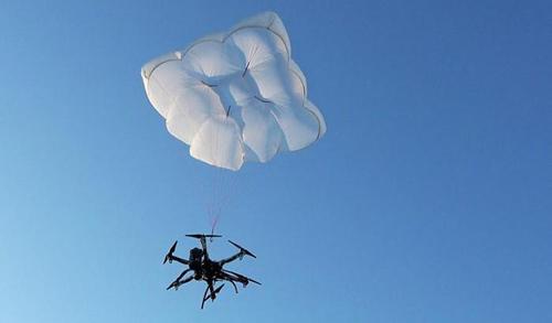 可保障下降安全 无人机救援降落伞亮相法兰克福