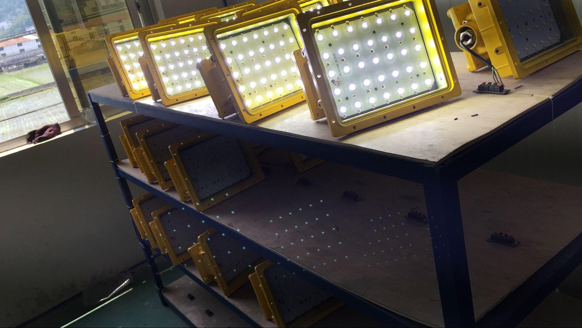1、亮度 工业照明LED灯亮度是用户最关心的问题,亮度可以从两方面来解释。 亮度:发光体在特定方向单位立体角单位面积内的光通量。单位:cd/。 光通量:发光体每秒钟所发出的光量的总和。单位:流明(Lm),表示发光体发光的多少,发光愈多流明数愈大。 通常LED灯都标有光通量,用户可以根据光通量来判别LED灯的亮度。光通量越高,灯的亮度越高。 现在成熟应用的大功率灯具整灯光效在100-120lm/W,以100W为例,光通量为10000-12000 lm 2、寿命 工业照明灯具的寿命与很多因素有关,光源,电源
